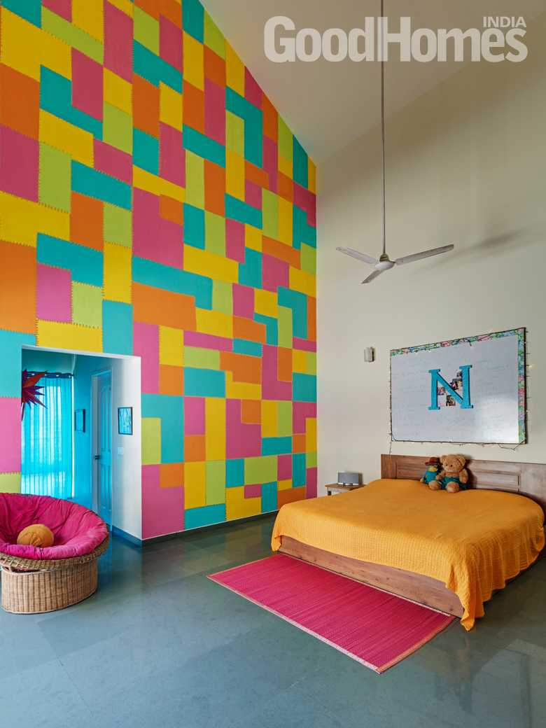 Bedroom with checks coloured wall