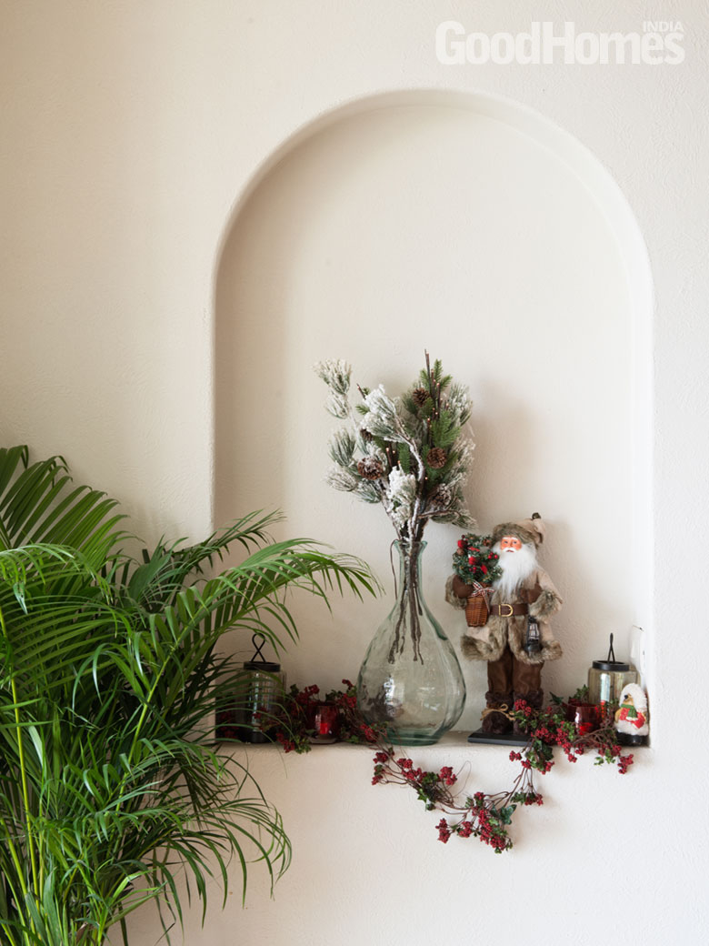 Ledge in the wall with decorations