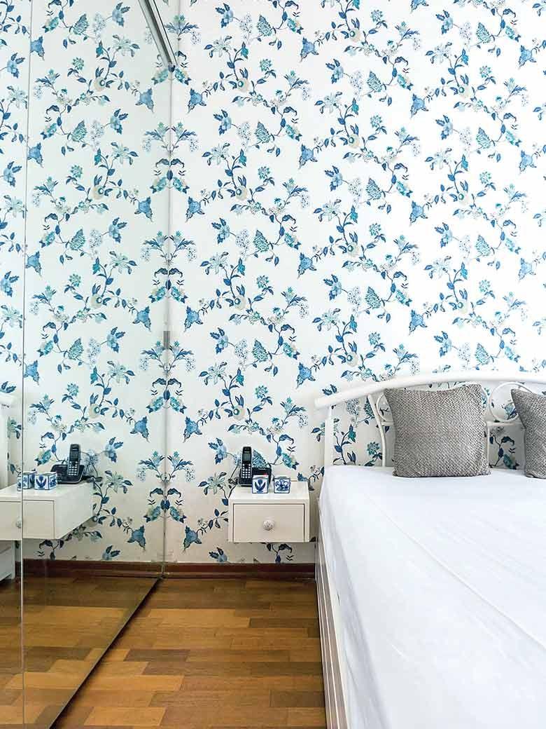 Bedroom wtih white wallpaper