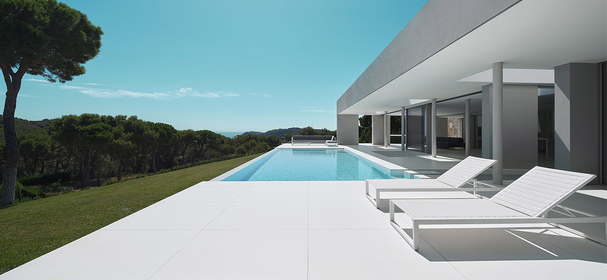 Mathieson Architects creates all-white minimal home in northeastern Spain